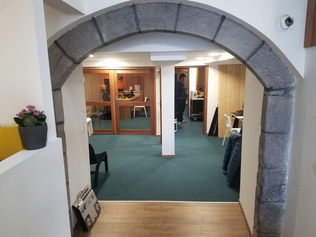 L'exigence de qualité est visible jusque dans le matériel utilisé : deux studios neufs composent le local clermontois .